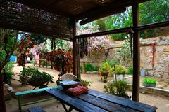 Houten veranda met lijst en stoelen in een tuin stock foto