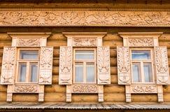 Houten verfraaide vensters Stock Fotografie