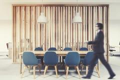 Houten vergaderzaal, blauwe stoelen, zakenman Stock Afbeeldingen