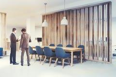 Houten vergaderzaalhoek, blauwe stoelen, mensen Stock Afbeelding