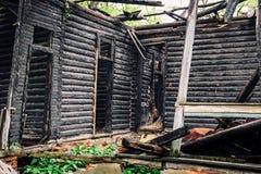 Houten verkoolde muren van een oud verlaten brandwond uit herenhuis stock fotografie