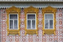 Houten versiering op de Vensters van Rusland stock afbeeldingen