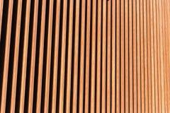Houten verticale latjes op een muurachtergrond royalty-vrije stock foto
