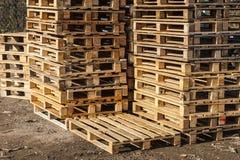 Houten vervoerpallets in stapels. Royalty-vrije Stock Foto's