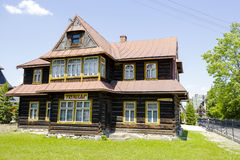 Houten villa genoemd Prymulka in Zakopane stock fotografie