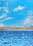 Houten vissersboot alleen in het overzees royalty-vrije stock fotografie