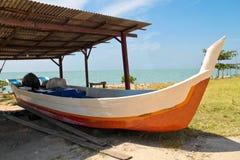 Houten vissersboot bij reparatiedok Royalty-vrije Stock Afbeeldingen