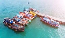 Houten vissersboten die bij de haven drijven Stock Foto's
