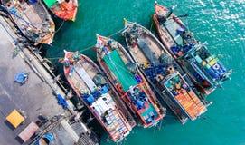 Houten vissersboten die bij de haven drijven Royalty-vrije Stock Afbeeldingen