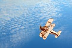 Houten vliegtuig in de blauwe hemel Royalty-vrije Stock Afbeelding
