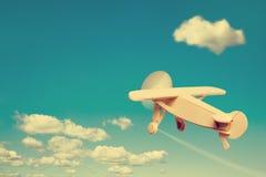Houten vliegtuig die in de hemel vliegen Royalty-vrije Stock Foto's