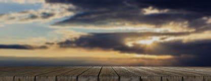 Houten vloer, bewolkte hemel bij dageraadachtergrond, banner, exemplaarruimte 3D Illustratie Stock Foto