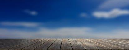 Houten vloer, blauwe hemel bij zonsopgangachtergrond, banner, exemplaarruimte 3D Illustratie Stock Fotografie