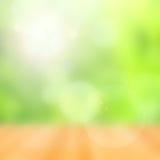 Houten vloer en abstracte groene bokehachtergrond Stock Fotografie