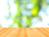Houten vloer en abstracte groene bokehachtergrond Stock Afbeelding