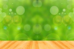 Houten vloer en abstracte groene bokehachtergrond Stock Afbeeldingen