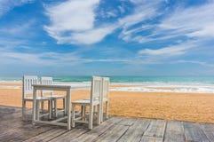 houten vloer en kustlijst met strand en overzeese achtergrond Stock Foto