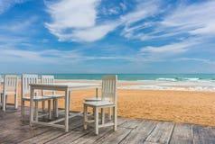 houten vloer en kustlijst met strand en overzeese achtergrond Stock Afbeelding