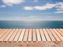Houten vloer met blauwe overzees stock foto