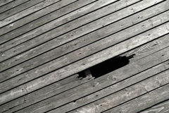 Houten vloer met onderbrekingsgat stock foto