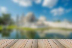 Houten vloer met vage witte tempelachtergrond Stock Afbeeldingen