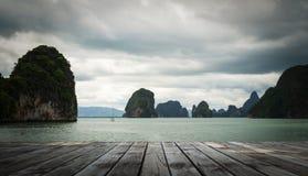 Houten vloer op het overzees bij de baai van phangnga, Thailand Royalty-vrije Stock Afbeeldingen