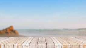 Houten vloer tegen overzeese van de onduidelijk beeldaard strand abstracte achtergrond stock video