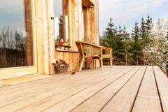 Houten vloer, Houten terras bij een ecologisch huis Rieten stoelen op een houten terras door het bos stock foto's