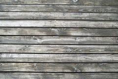 Houten vloeren van het terras op de rivierbank Textuur van nat unpainted hout royalty-vrije stock foto's