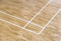 Houten vloervolleyball, basketbal, badmintonhof met licht royalty-vrije stock afbeeldingen