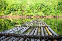 Houten vlot op het water Royalty-vrije Stock Afbeeldingen