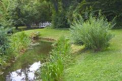 Houten voetgangersbrug bij een bos royalty-vrije stock afbeelding