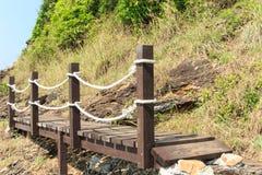 Houten voetgangersbrug dichtbij het overzees Royalty-vrije Stock Afbeelding