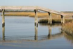 Houten voetgangersbrug over het moeras van Noord-Carolina royalty-vrije stock foto