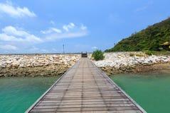 Houten voetgangersbrug over het water dichtbij het strand Royalty-vrije Stock Afbeelding