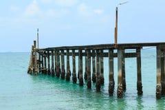 Houten voetgangersbrug over het water dichtbij het strand Royalty-vrije Stock Afbeeldingen