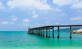 Houten voetgangersbrug over het water dichtbij het strand Stock Afbeeldingen