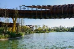 Houten voetgangersbrug over water in de zonnige winter stock afbeeldingen