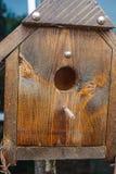 Houten vogelhuis met toppositie voor vogels stock fotografie