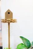 Houten vogelhuis op een pool Royalty-vrije Stock Fotografie
