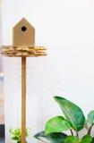 Houten vogelhuis op een pool Royalty-vrije Stock Afbeeldingen