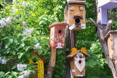 Houten vogelhuizen met de hand gemaakt door kinderen royalty-vrije stock afbeeldingen