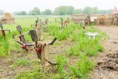 Houten vogelverschrikkers die zich op het gebied in dorp bevinden Volgende het vliegen helikopter royalty-vrije stock fotografie