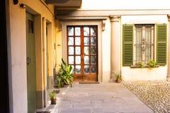 Houten voordeur buiten oud Italiaans huis in Bergamo, Italië stock afbeelding