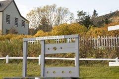 Houten voorraden en ranselende post, Drievuldigheid, Canada stock afbeeldingen