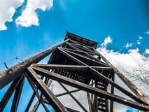 Houten vooruitzichttoren in de bergen stock foto's