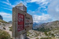 Houten voorzie voor wandelaars in Mallorca langs gr. 221 van wegwijzers Stock Foto
