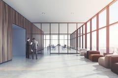 Houten wachtkamer, leunstoelen, mensen Royalty-vrije Stock Afbeelding