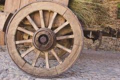 Houten wagen met droog gras Oude kar met houten wielen Traditioneel vervoer op het platteland Historisch rustiek voertuig met dro royalty-vrije stock foto's
