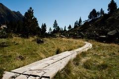 Houten wandelingssleep in de bergen royalty-vrije stock afbeelding